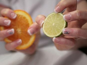 Сок лимона оказывает лечебное воздействие на ногти