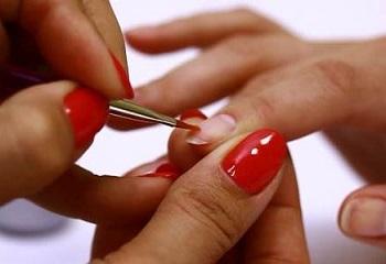 Укрепленные гелем ногти можно покрыть декоративным лаком