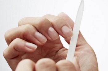 Аккуратно подпиливайте ногти, чтобы избежать их расслоения