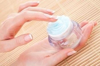 Необходимо регулярно пользоваться кремами для ногтей и рук