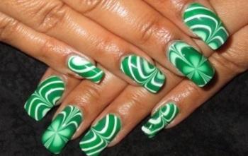 Красивый зеленый узор в водном маникюре на длинных квадратных ногтях