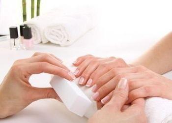 Во время наращивания спиливается около трех верхних кератиновых слоев ногтя