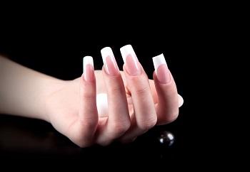 Несмотря на красоту и удобство процесс наращивания наносит натуральным ногтям вред