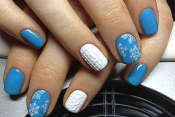 Красивый морозный маникюр со снежинками и вязаным шарфиком на безымянных пальчиках