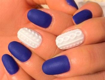 Глубокий матовый синий маникюр с белым вязаным дизайном