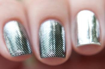 Зеркальный лак на ногтях