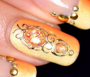 Литье на ногтях в янтарных тонах