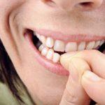 Из-за привычки обкусывать ногти людям приходится прятать свои руки, что порождает различные комплексы. Кроме того, эта проблема негативно сказывается на здоровье, ведь через ранки на коже вокруг пальцев в организм проникают микробы и инфекции. Если вы поняли, что пора избавляться от дурной привычки, изучите советы специалистов.  425