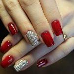 Маникюр красного цвета уже долгое время украшает руки стильных и уверенных в себе девушек и женщин. А покрытие ногтей стразами добавляет образу яркий праздничный вид. Но существует несколько правил и особенностей сочетания двух таких сильных акцентов.  327