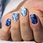 Использование декоративного лака позволяет создавать оригинальные рисунки на ногтях. Но обычный лак быстро сходит с ногтевой пластины из-за ежедневных бытовых дел. Актуальным стало покрытие ногтей гелем-лаком. Рисунки, нанесённые им на ногти, держатся около двух недель.  448