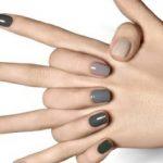 Серый цвет уже давно захватил умы многих модниц. Этот классический базовый цвет активно используется в самых разных образах. И хотя для маникюра подобный оттенок сложно назвать универсальным и подходящим для любого случая, с ним все-таки можно создать достаточное количество красивых и привлекательных дизайнов ногтей.  541