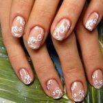 Популярной тенденцией в нейл-арте является маникюр на короткие ногти. При правильном оформлении и дизайне руки будут смотреться изысканно и аккуратно в самый торжественный день в жизни каждой невесты! О том, как сделать красивый свадебный маникюр на коротких и очень коротких ногтях, - в нашей статье.  376